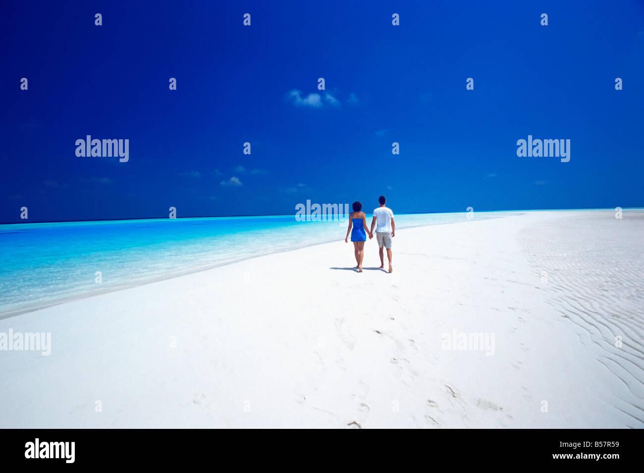 Paio di camminare sulla spiaggia, Maldive, Oceano Indiano, Asia Immagini Stock