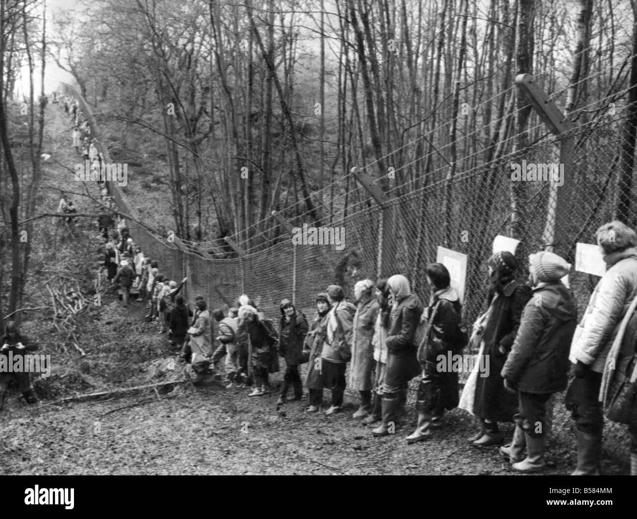 Greenham Common contestatori dimostrare contro di noi i missili di crociera, domenica 12 dicembre 1982. Immagini Stock