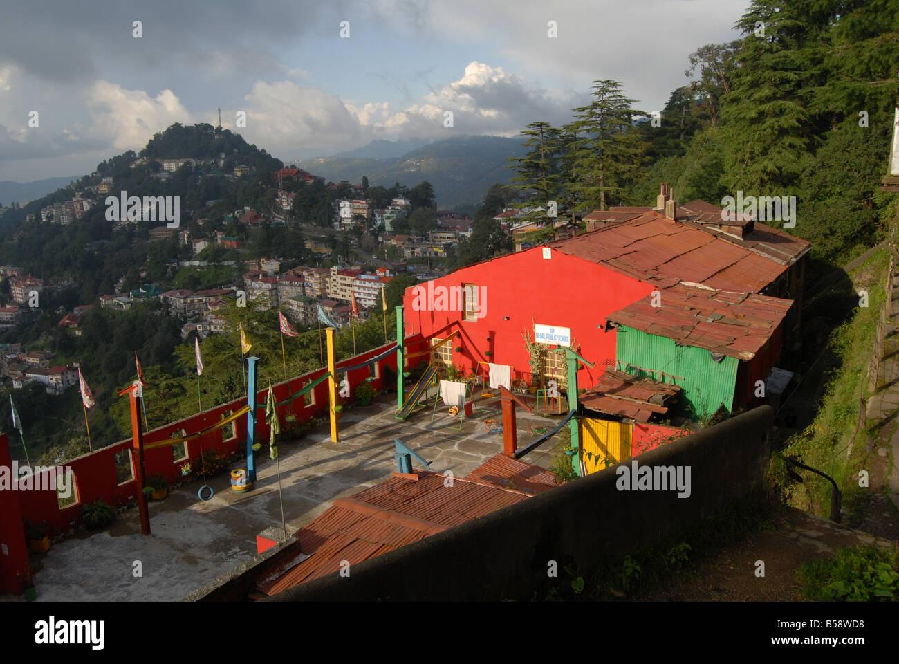 Una casa dipinta in colori luminosi nel sole di Simla - una stazione di collina in Himachal Pradesh, India del Nord, Immagini Stock