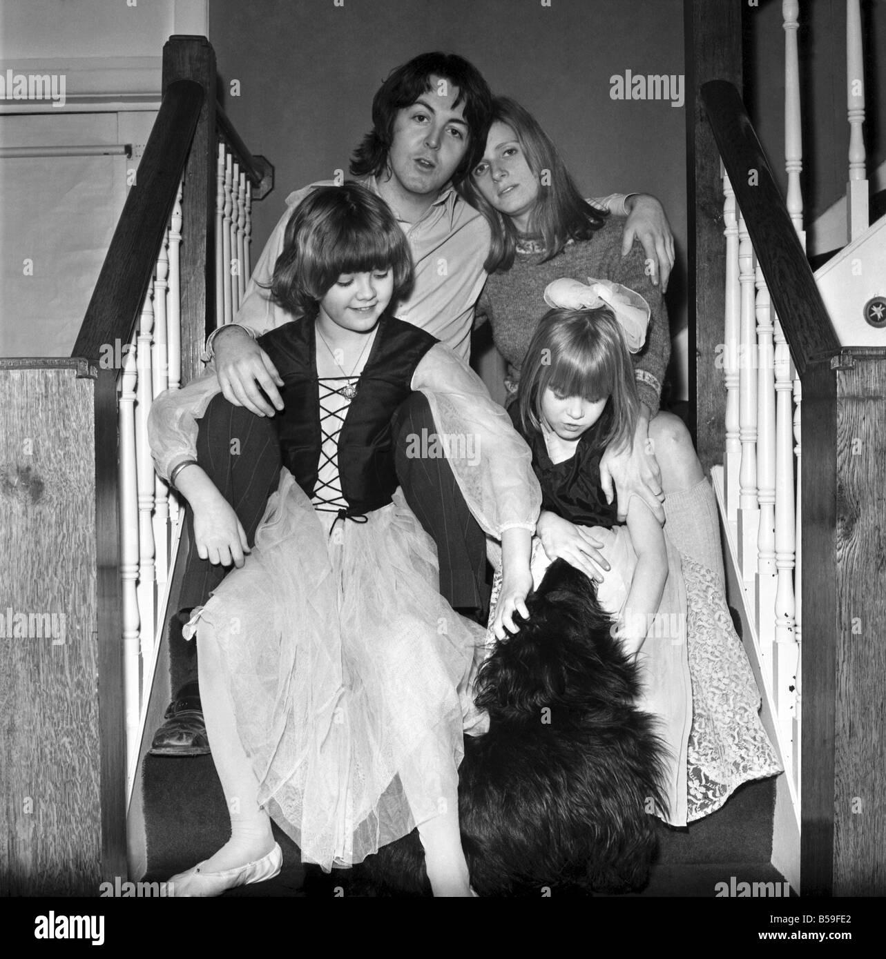 Il cantante dei Beatles Paul McCartney con la sua nuova sposa Linda Eastman  e i bambini di età compresa tra 4 e 7;Marzo 1969 ;Z02435-003 Foto stock -  Alamy