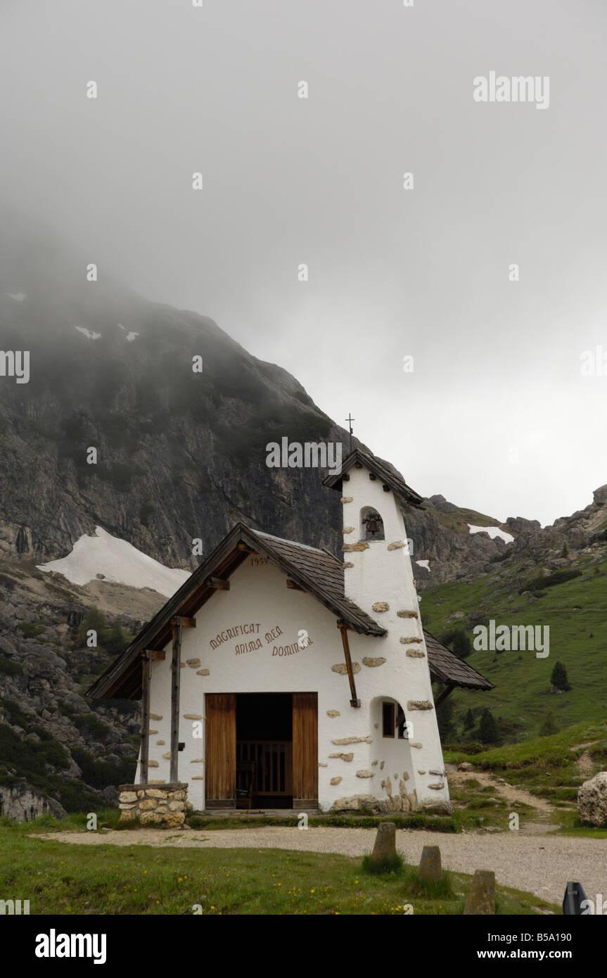 Cappella in cima al Passo Falzarego, Dolomiti, Italia Immagini Stock