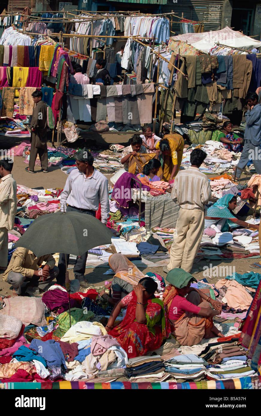 Mercato di vestiti di Pune, nello stato del Maharashtra, India Immagini Stock
