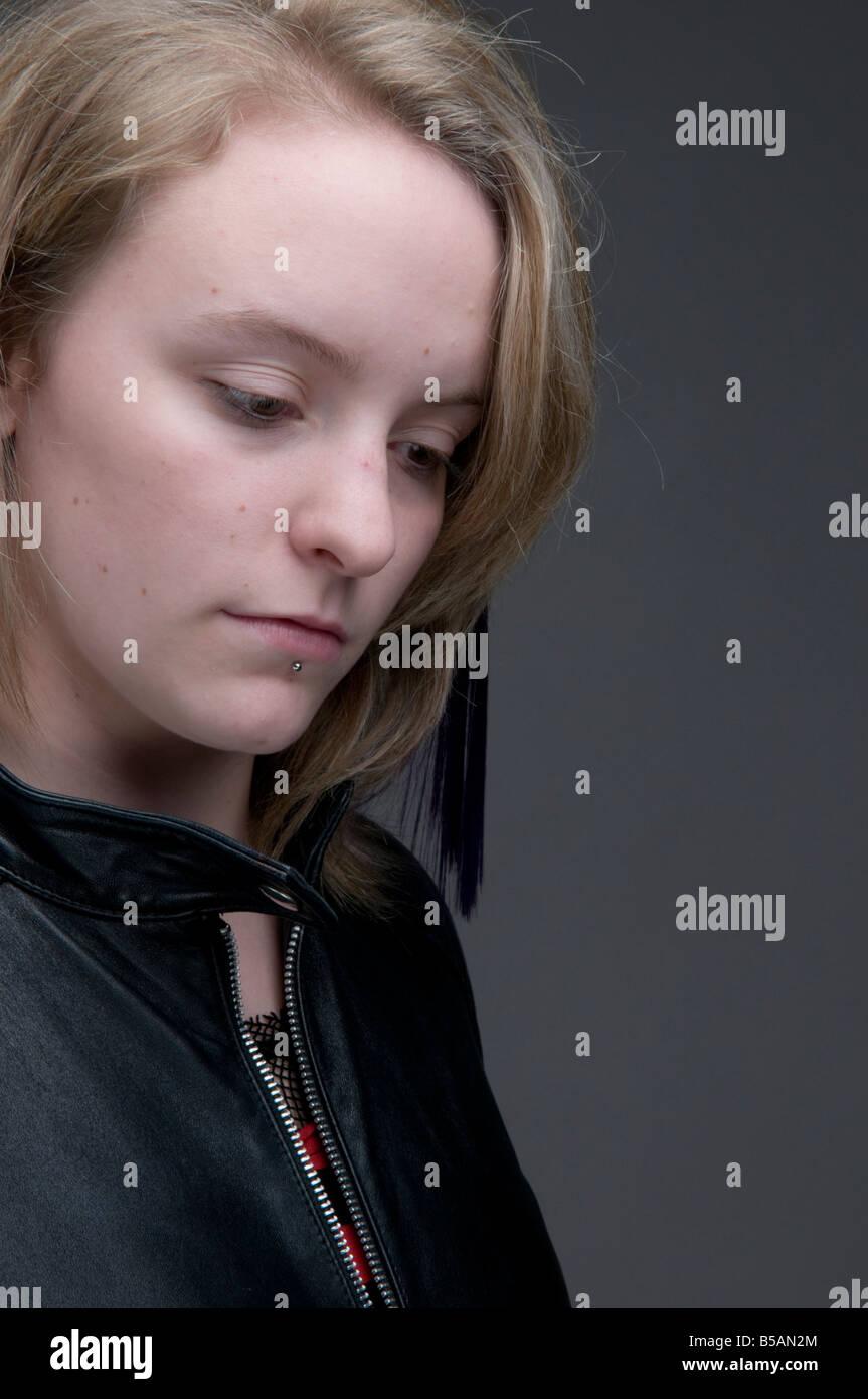 Giovane ragazza bionda donna che indossa giacca di pelle cercando triste lonely premuto abbattuto sconvolgere moody Immagini Stock