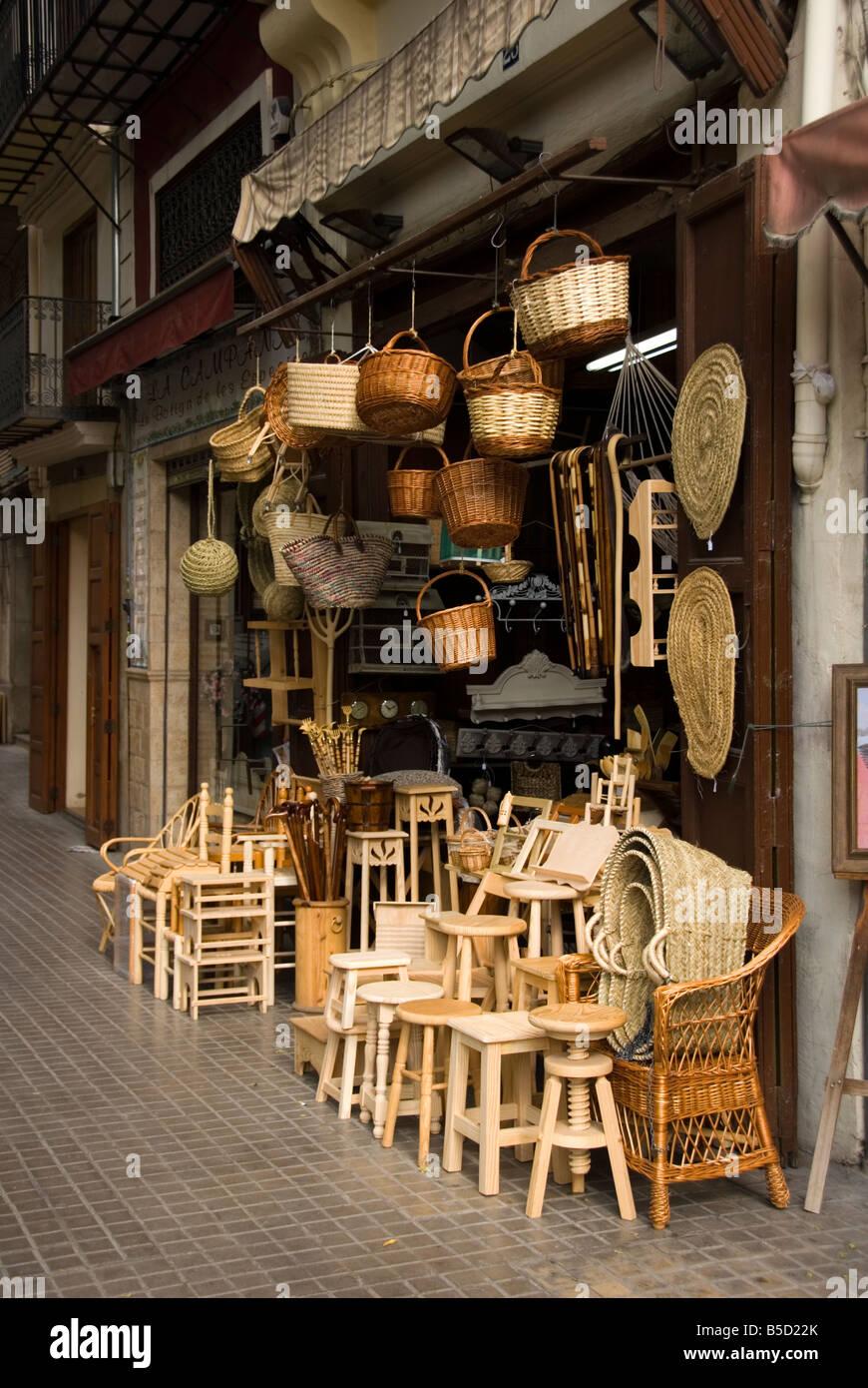 Negozio di artigianato Vendita di mobili in legno e lavori in vimini nel centro della città di Valencia realizzato Immagini Stock