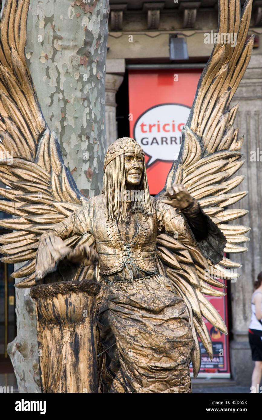 Femmina artista di strada su Las Ramblas, Barcelona, Catalogna, Spagna UE. Oro dipinto e vestito come un angelo Immagini Stock