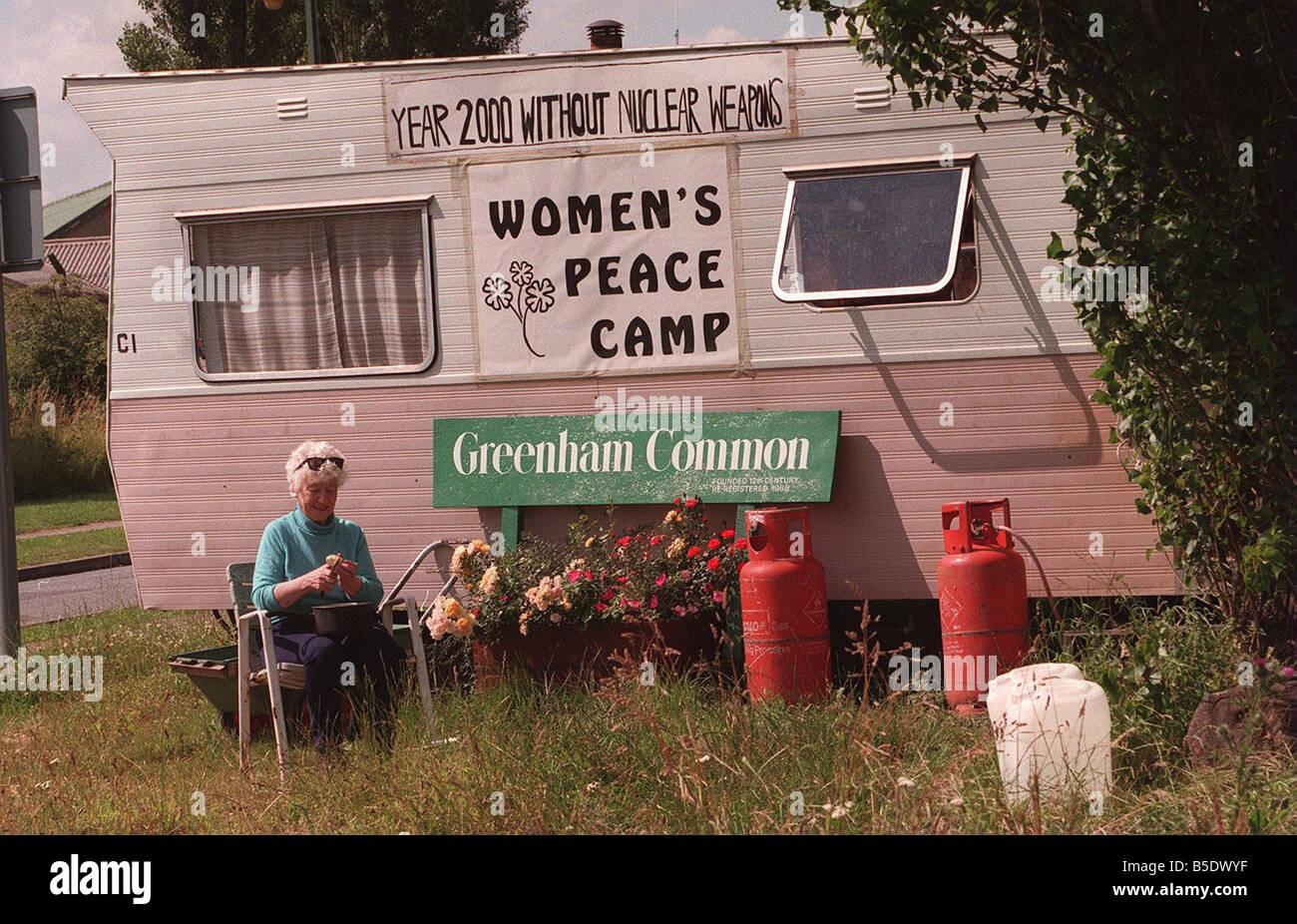 Il restante Greenham Common donna manifestanti Penny prepara la cena al di fuori del suo caravan di pelatura di Immagini Stock