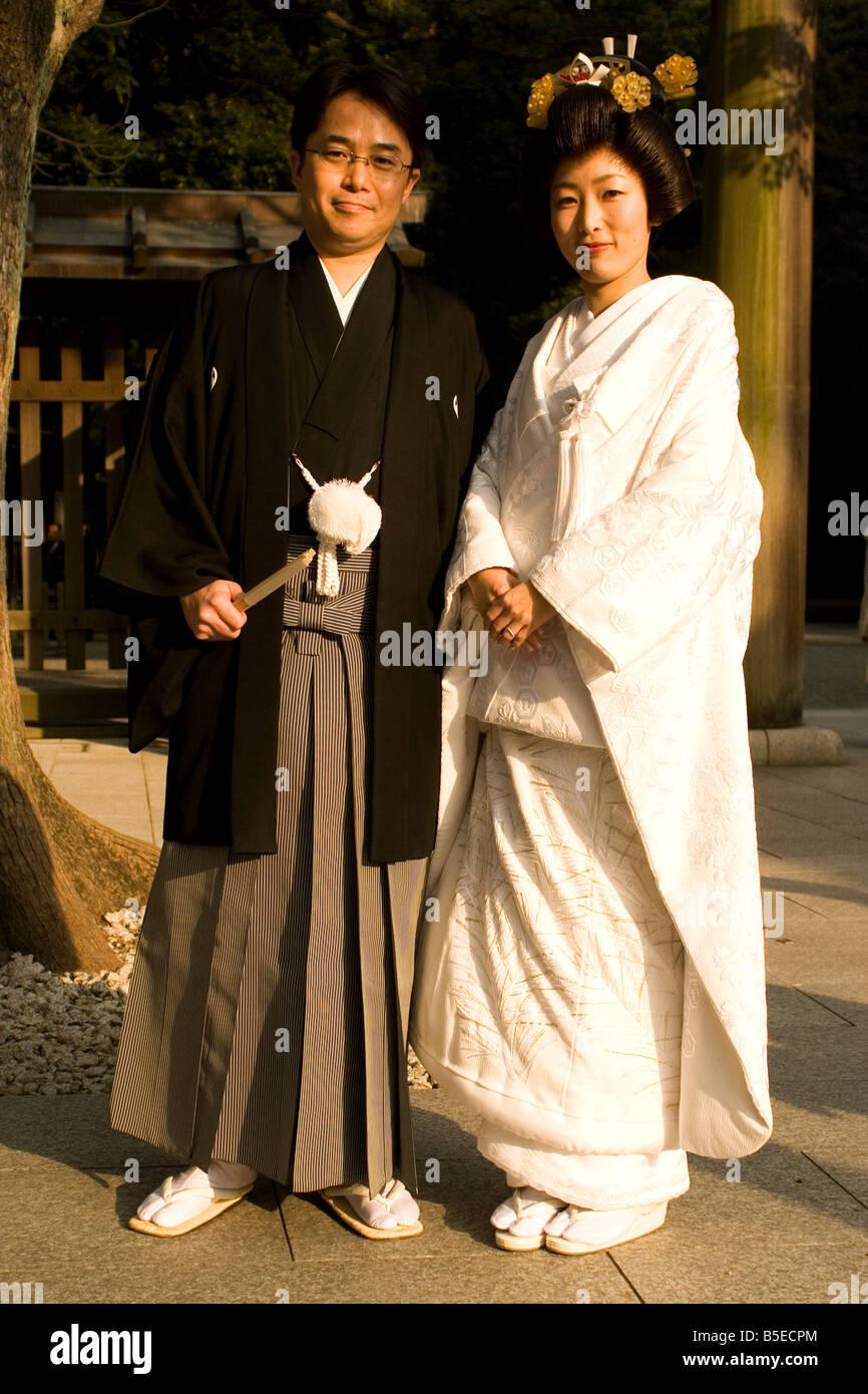 515fe0fa3482 Un paio di usura giapponese tradizionale abito da sposa presso il Tempio di  Meiji in Tokyo