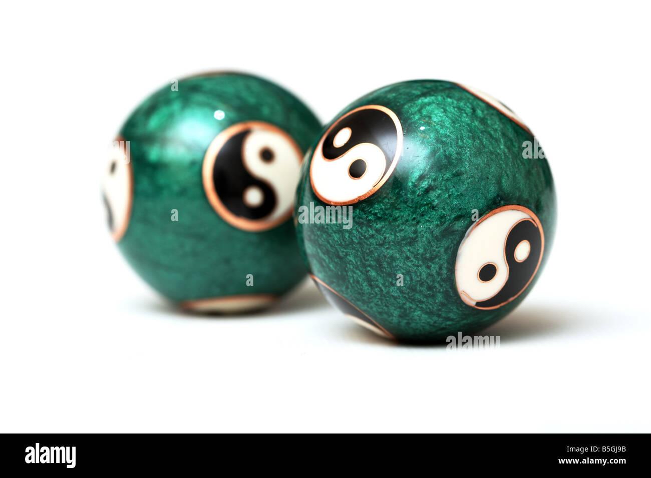 Ying Yang sfere isolati su sfondo bianco. Messa a fuoco su uno sfondo bianco. Immagini Stock