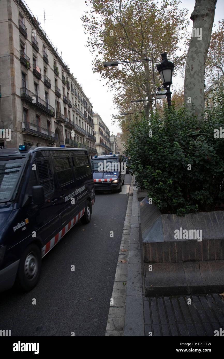 Polizia spagnola su una missione a Barcellona Spagna spagnolo La Rambla o Les Rambles (Catalano) / Las Ramblas Immagini Stock