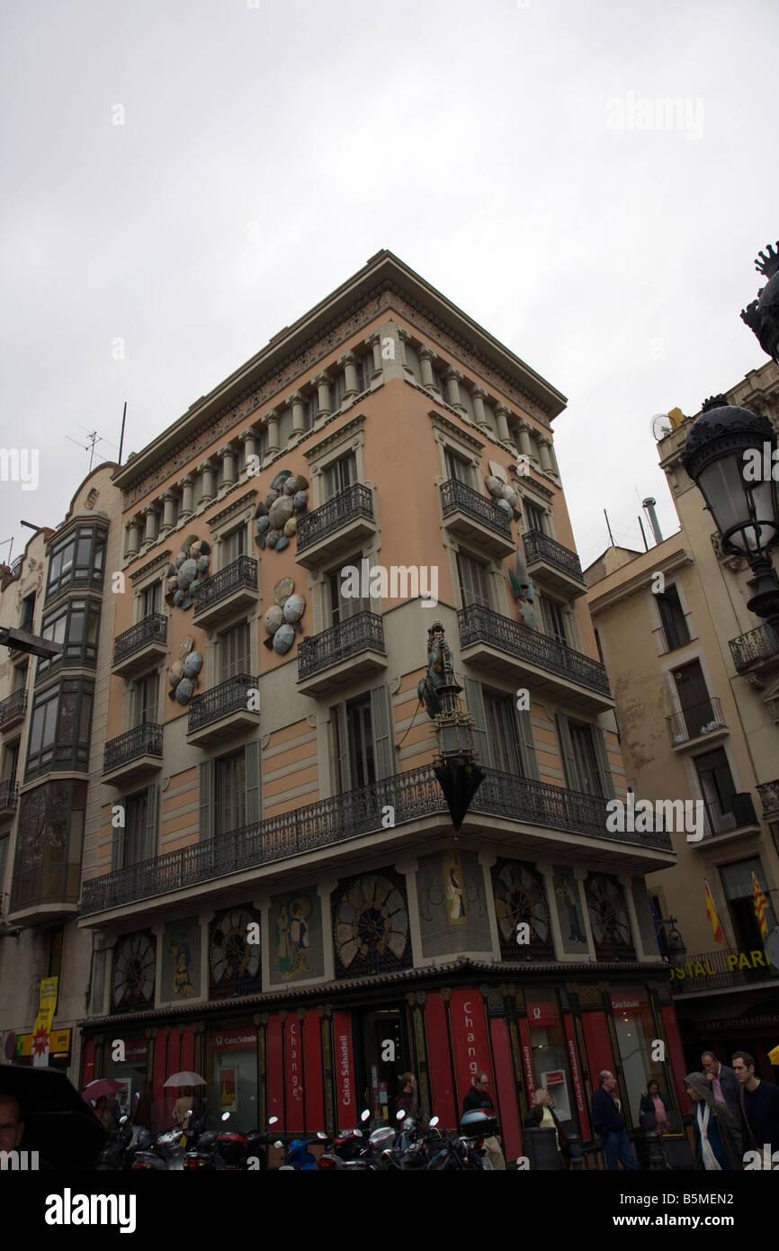 Barcelona Ramblas Art Deco drago con ombrello laterne shop appeso sulla facciata di una casa Immagini Stock