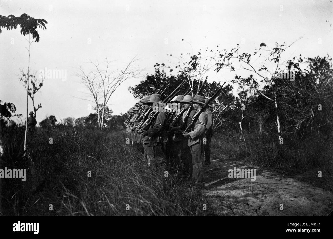 9AF 1914 0 0 A1 8 Esercizio del campo di tedesco orientale truppe Af Guerra Mondiale 1 guerra nelle colonie tedesco East Africa Tanzania ora campo Foto Stock