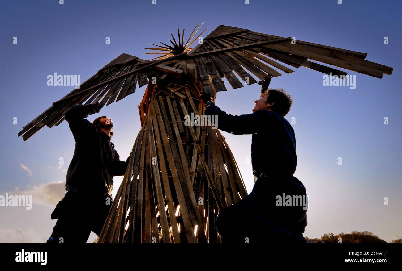 Tocchi di finitura per la notte dei falò celebrazioni in east hoathly, un angelo in cima al falò. Foto Immagini Stock