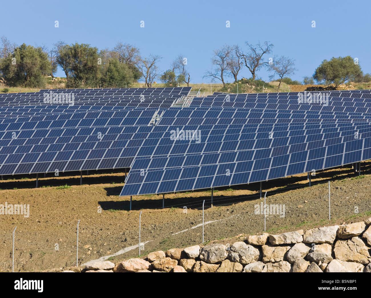 Il fotovoltaico o celle solari utilizzati per la raccolta di energia solare, a Casabermeja, Spagna Immagini Stock