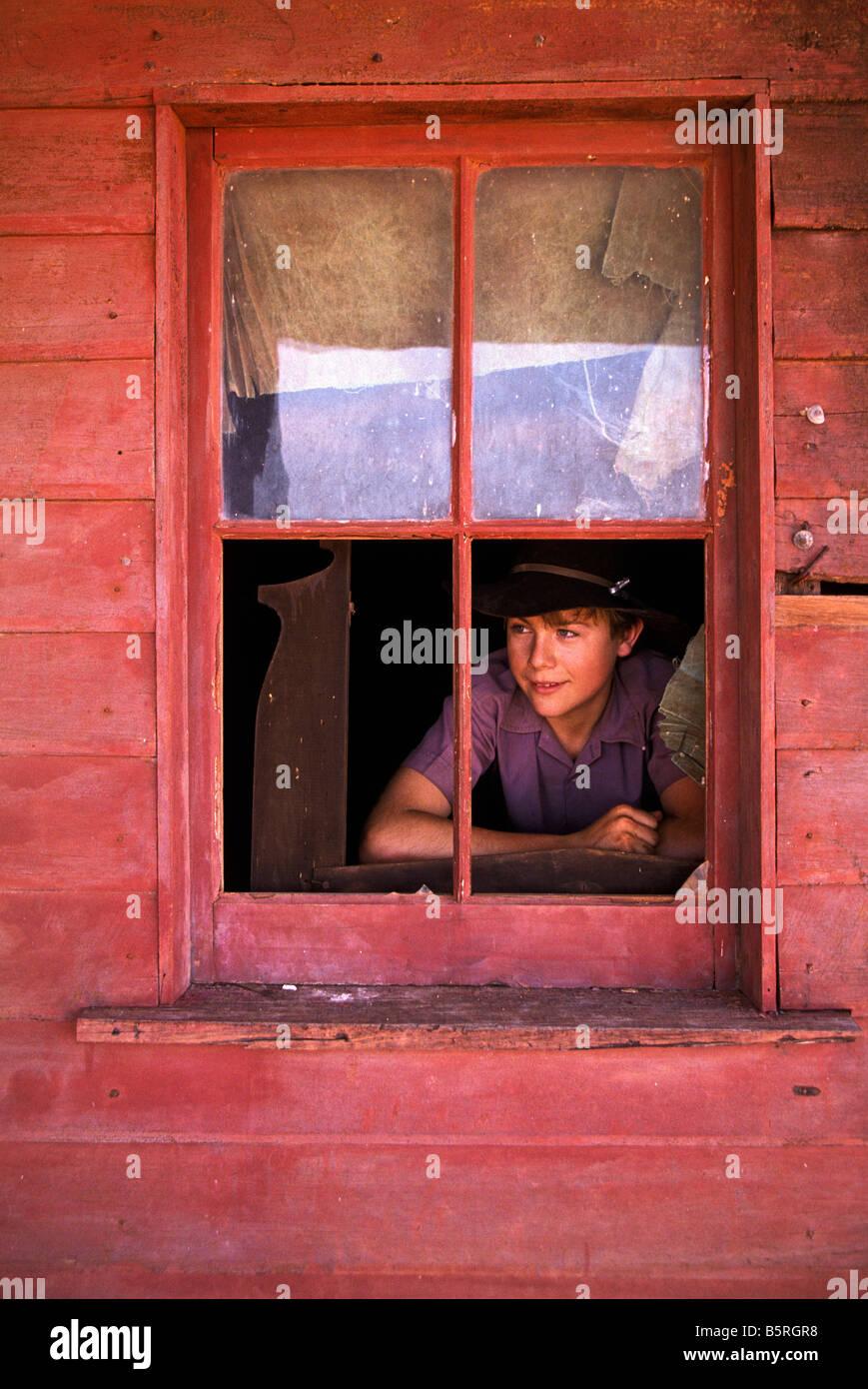 Ragazzo alla finestra Immagini Stock