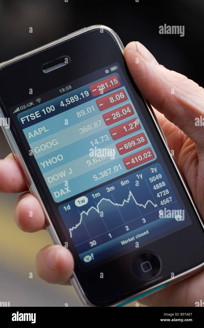 Utilizzando un Apple i phone Foto Stock