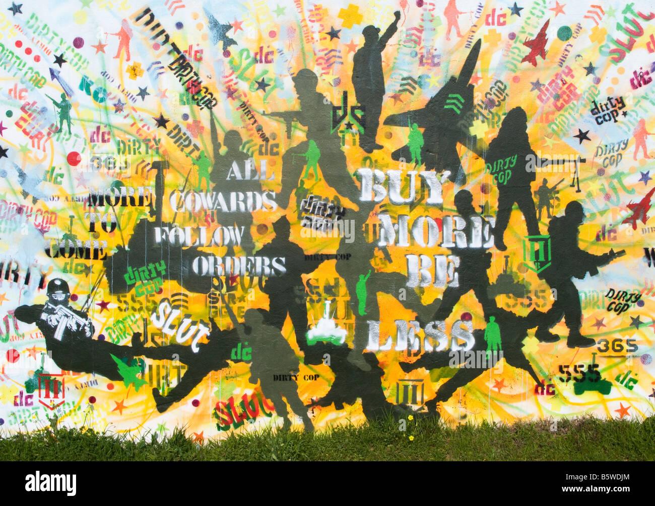 Pacifista di graffiti dipinta su un muro di Seixal, Portogallo. Immagini Stock