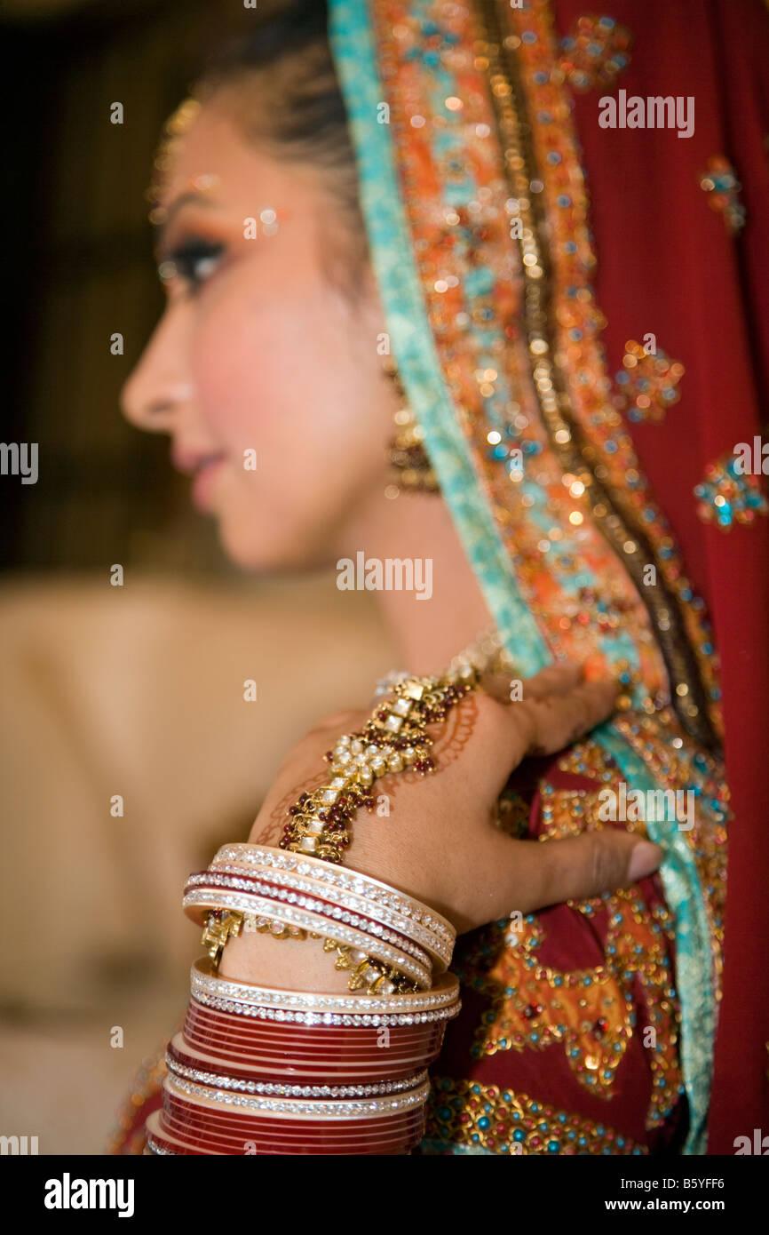 La religione sikh donna ottenere pronto per il suo matrimonio cerimonia nel  tempio o gurdwara regno 5bbe69d6d83e