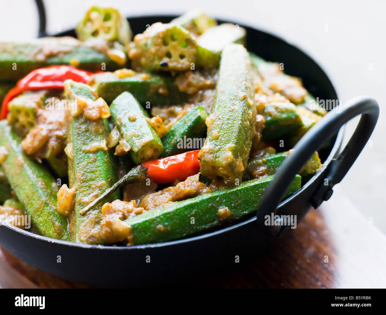 Karahi piatto con Bhindi Masala Immagini Stock