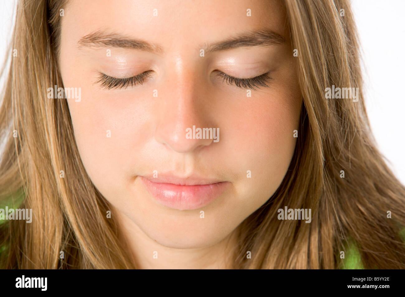 Ritratto di ragazza adolescente con gli occhi chiusi Foto Stock