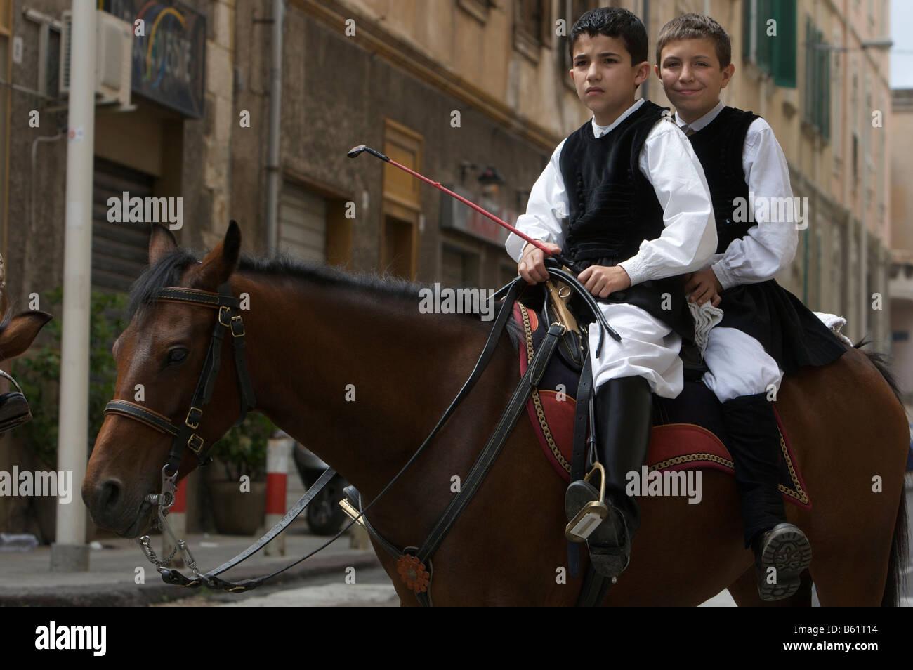 I giovani cavalieri che indossano costumi tradizionali a cavalcata sarda  festival di Sassari 820f83ac60d