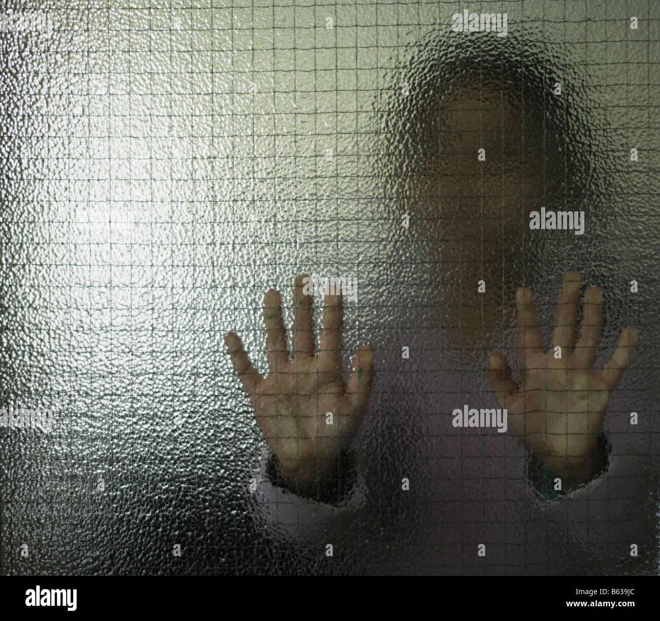 Bambina di cinque anni dietro il vetro Immagini Stock