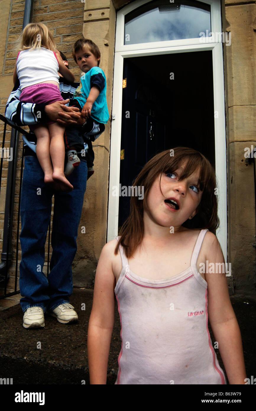 Un padre con i suoi figli che vivono in povertà Bradford Regno Unito Immagini Stock