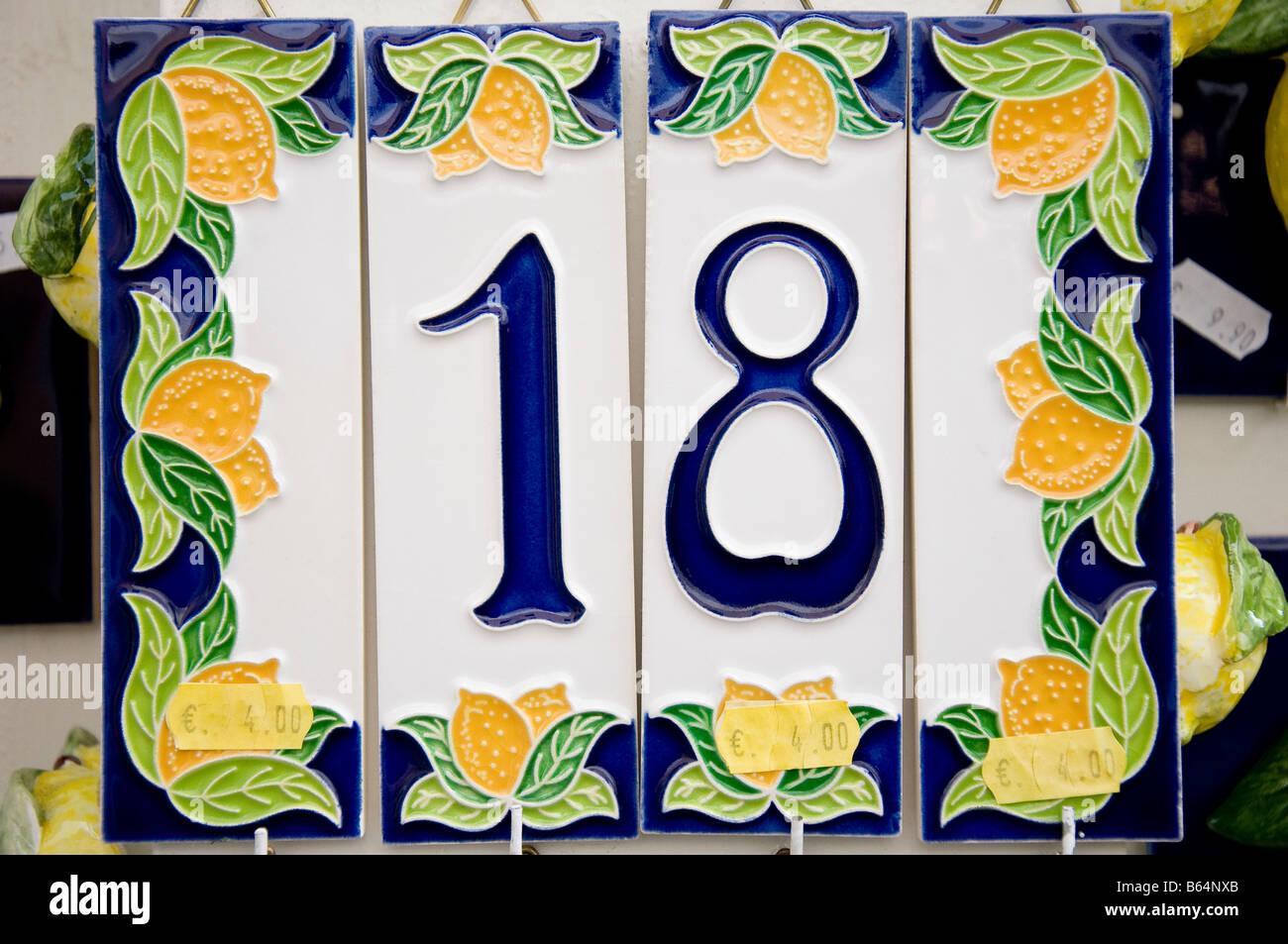 Il numero civico 18 e limoni su una piastrella ceramica in vendita