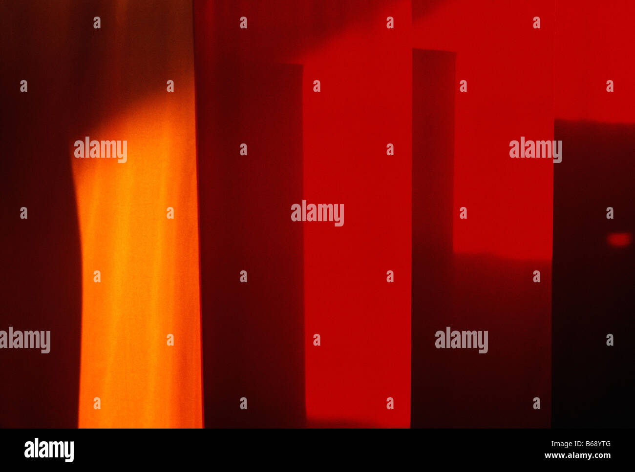 Arancione, giallo e rosso Banner appesi in una suburban Philadelphia, Pennsylvania, shopping mall Immagini Stock