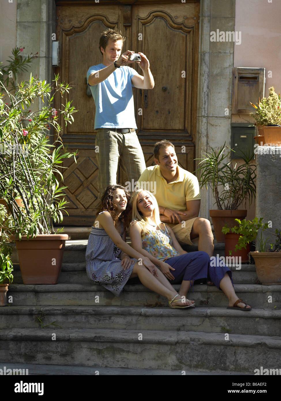 Amici godendo il sole sul passo Immagini Stock