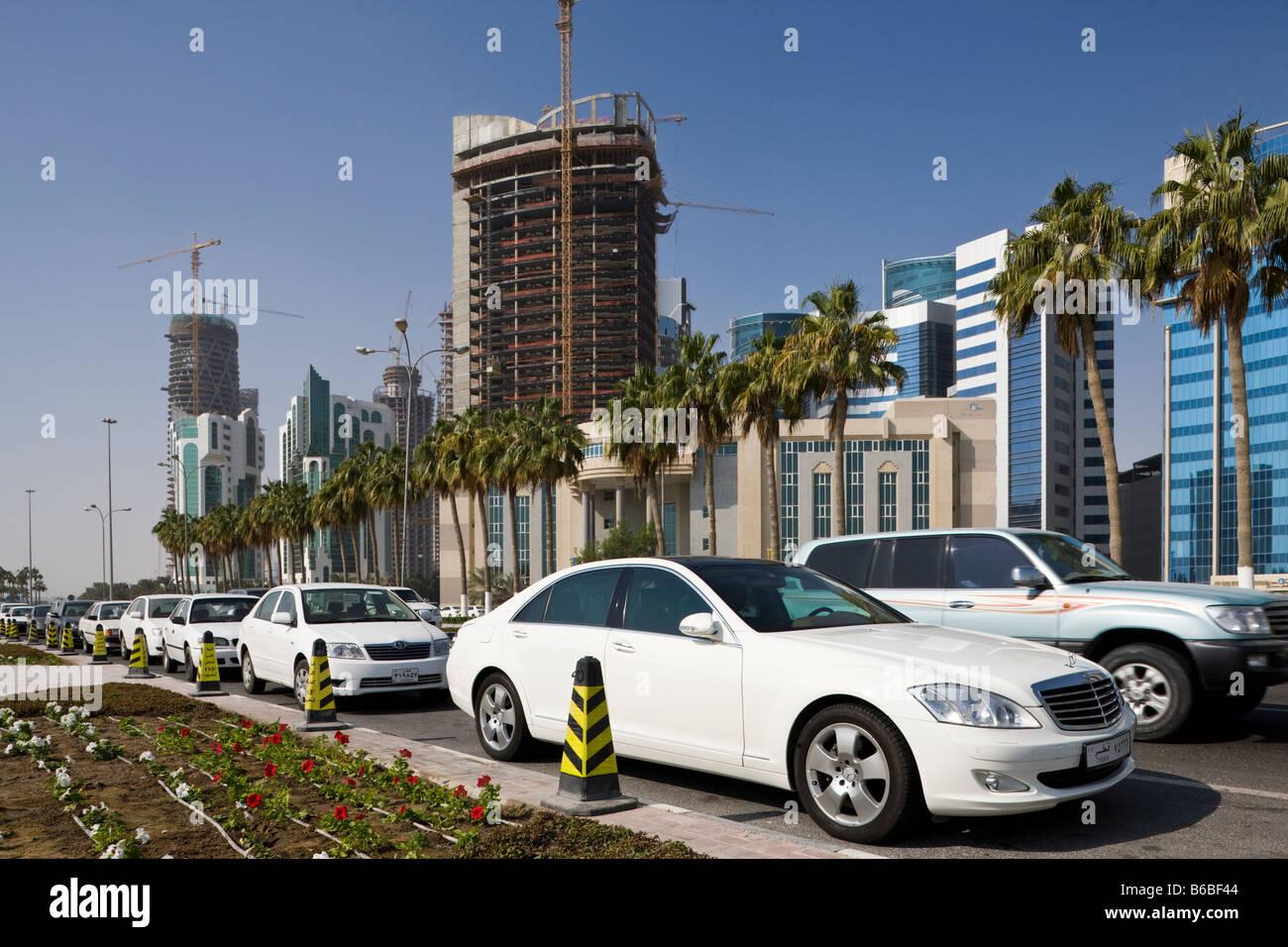 Il traffico e la costruzione di edifici highrise a Doha, in Qatar Immagini Stock