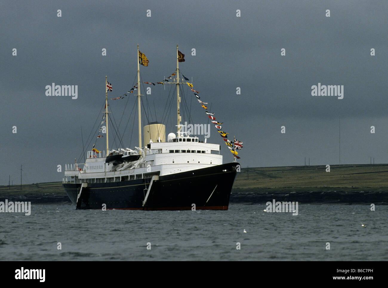 H.M.Y. Britannia ancorato al largo della costa occidentale della Scozia durante un viaggio da Southampton a Aberdeen Immagini Stock
