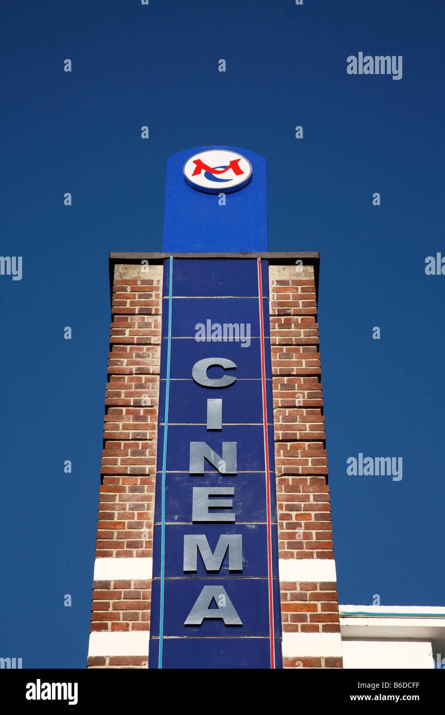 Segno di Cinema e cielo blu, Regal Cinema Redruth Cornwall. Immagini Stock