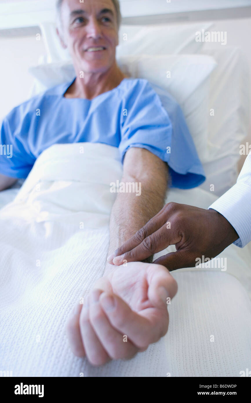 Controllo dell impulso. Medico usando le dita per sentire un polso. Immagini Stock