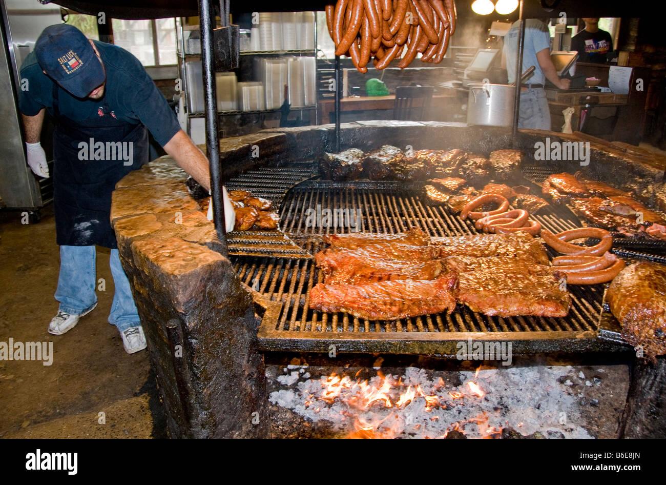 Texas barbecue, stile familiare, al Salt Lick barbeque utilizza smoky fossa tradizionale fuoco di legno aperto, Immagini Stock