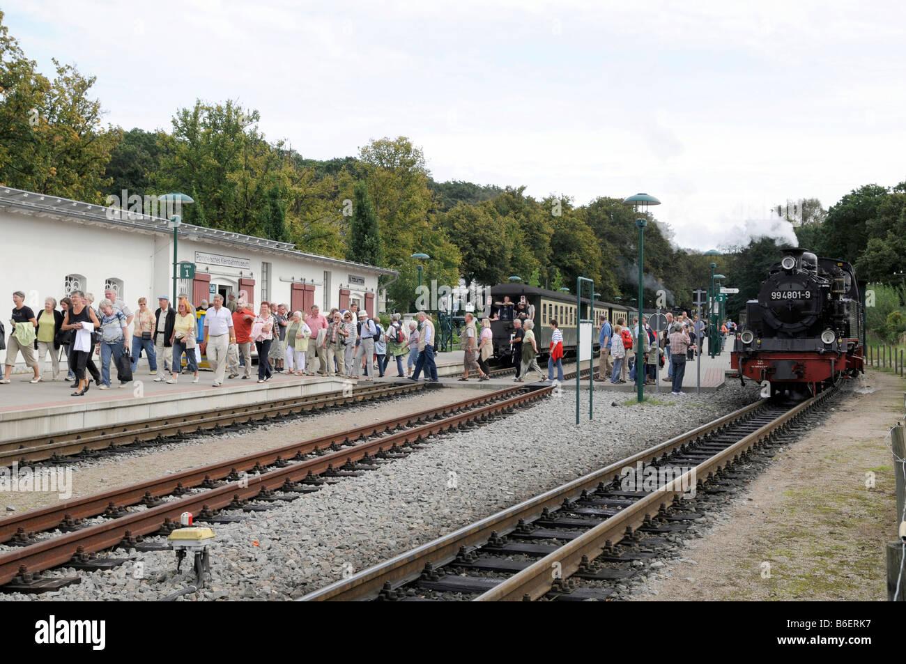 Binari del treno a Binz stazione ferroviaria e la stretta-gage treno chiamato Rasenden Roland sull isola di Ruegen, Immagini Stock