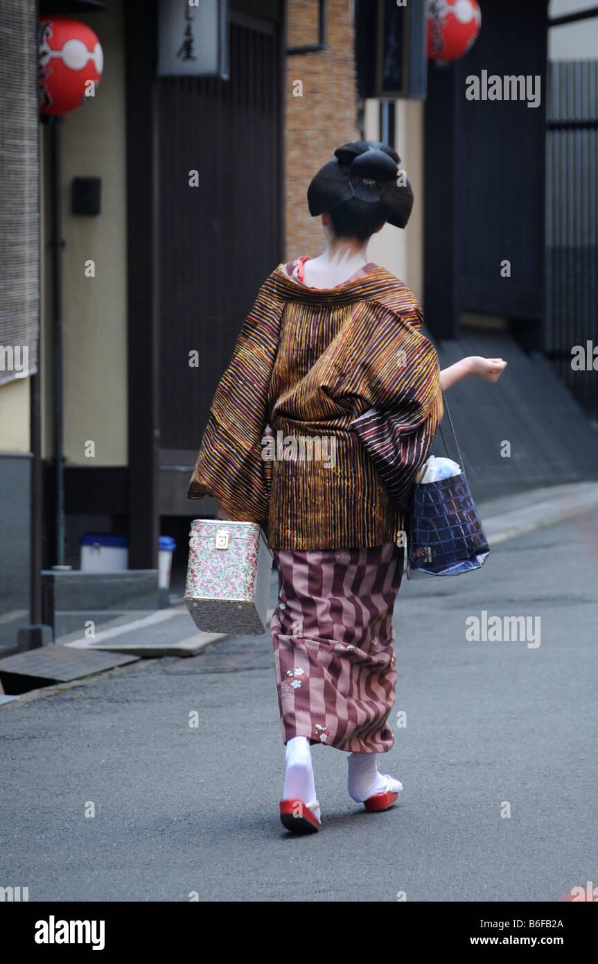 Una Maiko, un tirocinante Geisha, passeggiando nel quartiere di Gion sul suo modo di odori, Kyoto, Giappone, Asia Foto Stock