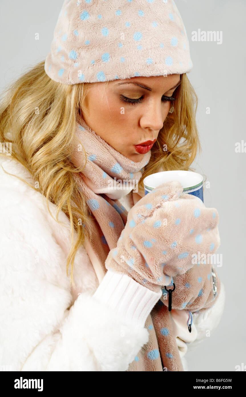 Giovane donna che indossa un capo di lana ski cappello 3b8e06340c19