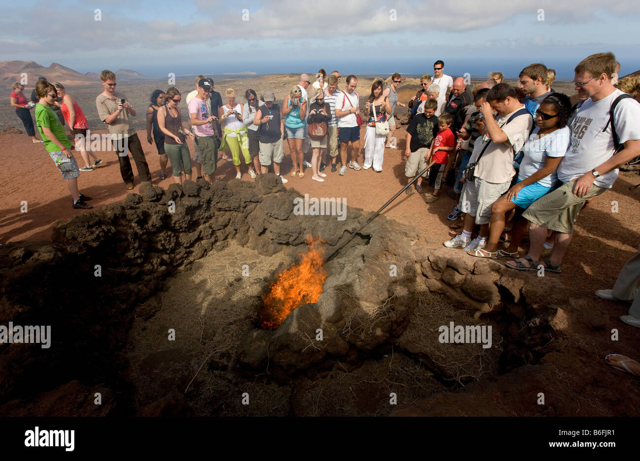 Attrazione turistica, un barbecue utilizzando le braci del hot lava ash, Montanas del fuego montagne del Parco Nazionale Immagini Stock