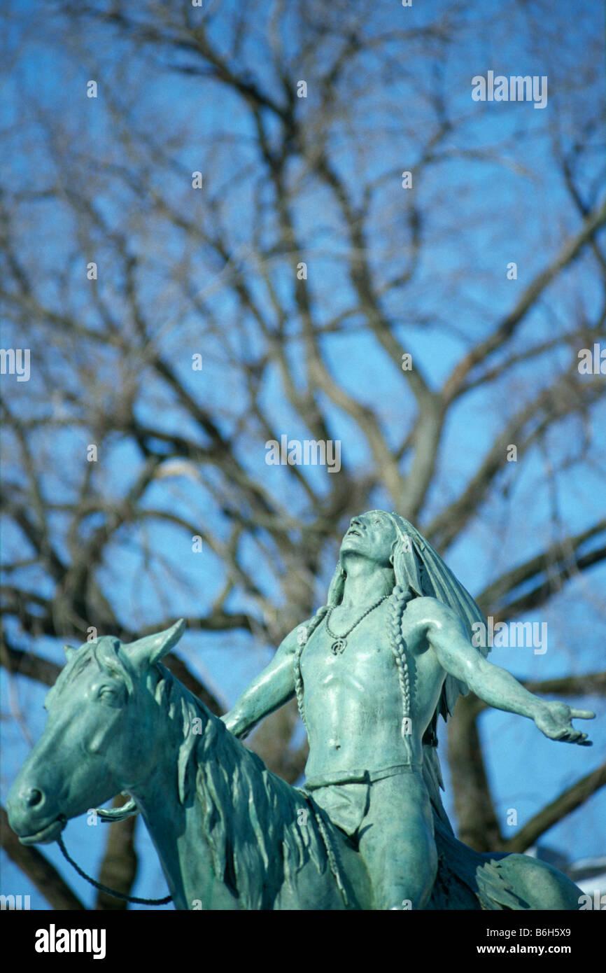 Boston USA Cyrus Dallin s scultura equestre appello per il Grande Spirito si trova all'esterno del Museo delle Immagini Stock