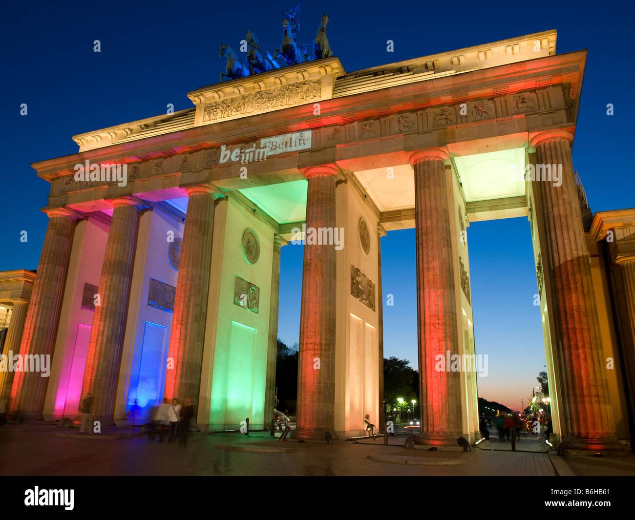 La storica Porta di Brandeburgo è accesa fino al sfolgora di notte. Foto Stock