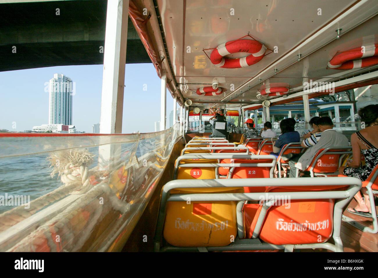 A bordo a Bangkok il trasporto in barca, sul fiume Chao Phraya, Tailandia Immagini Stock
