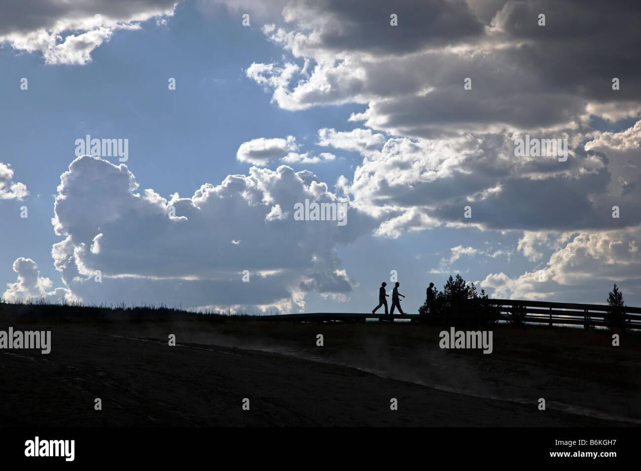 Visitatori stagliano e cielo drammatico, Grand Prismatic Spring, Midway Geyser Basin, il Parco Nazionale di Yellowstone, Immagini Stock