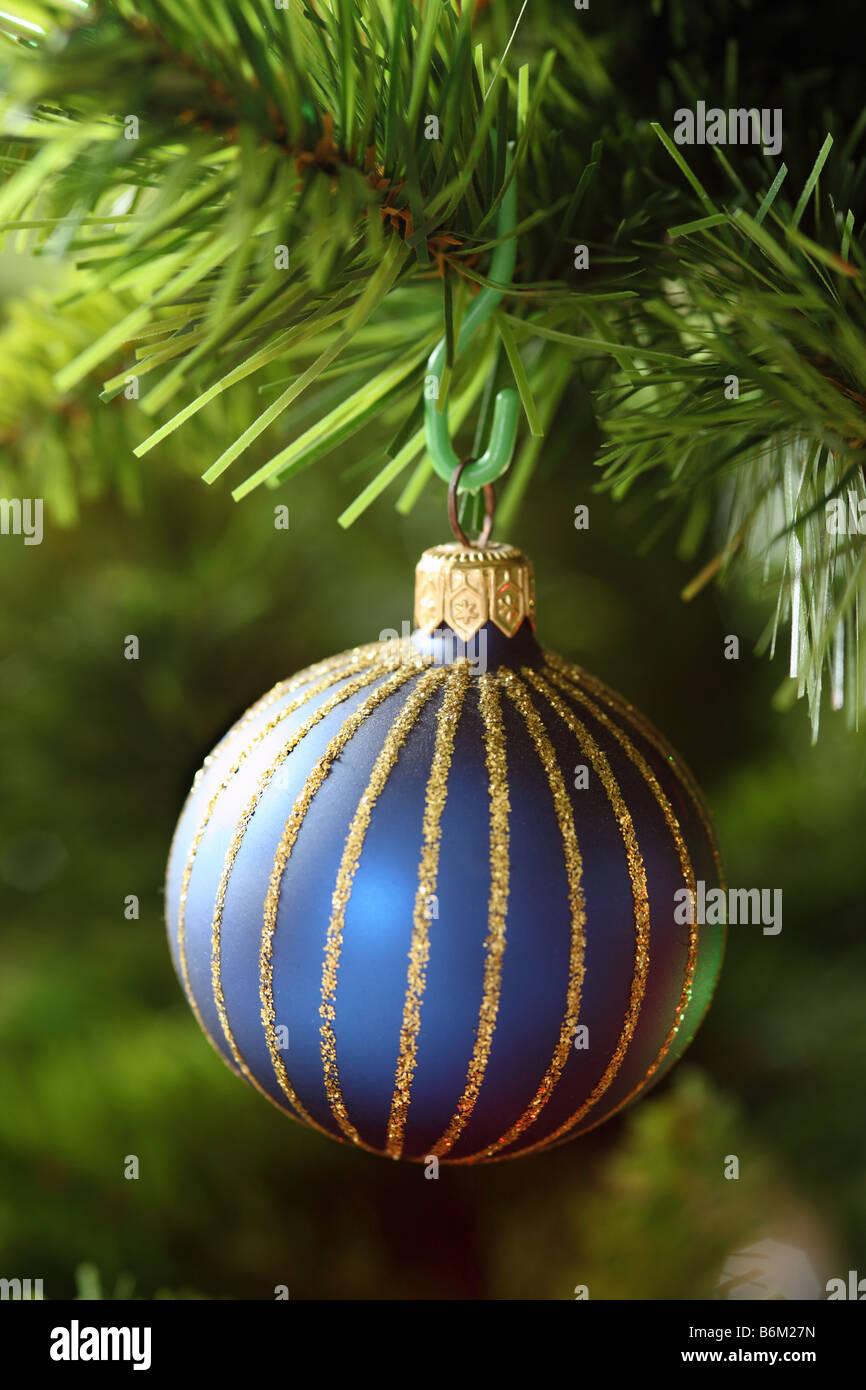 Close up di un blu vivace pallina su di un albero di Natale Immagini Stock