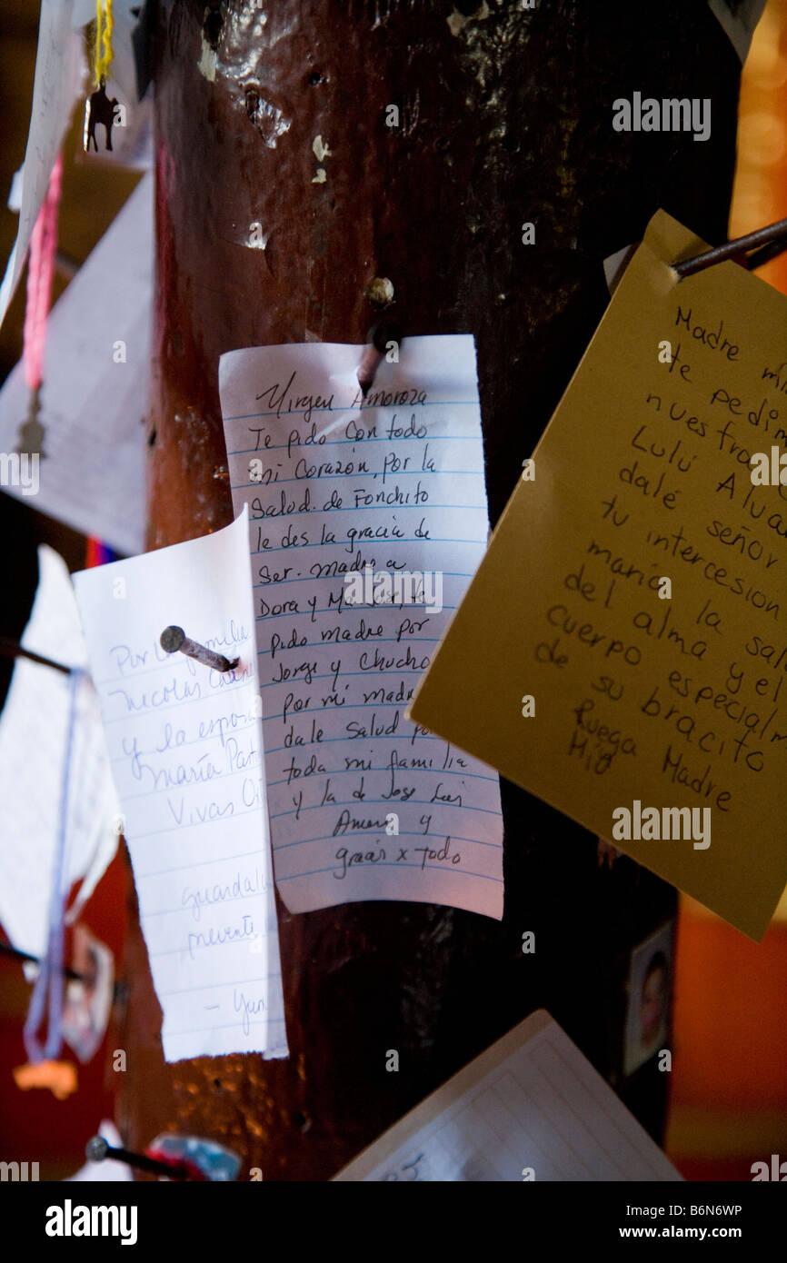 Richiesta di preghiera post con preghiere auguri e motivi attaccato il Convento di San Antonio de padova Izamal Immagini Stock
