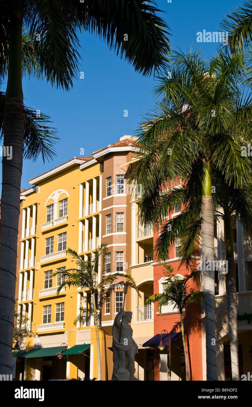 Bayfront Napoli Florida fl negozi di shopping colori luminosi rosso giallo architettura europea del Golfo di Napoli Immagini Stock