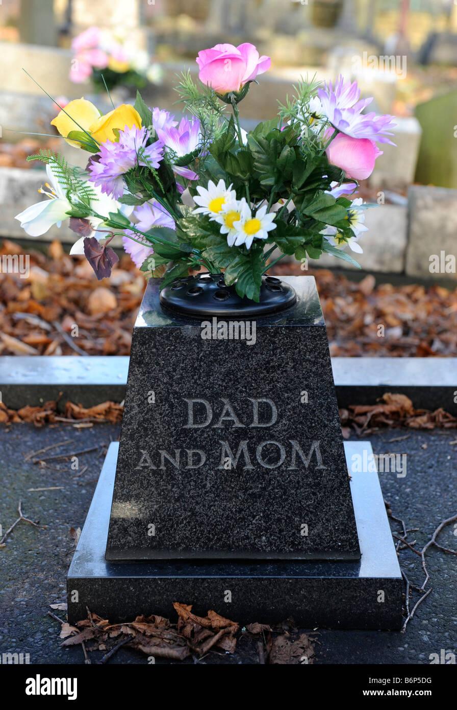 Mazzo Di Fiori Anonimo.Un Mazzo Di Fiori Su Una Tomba In Memoria Dei Genitori Anonimo