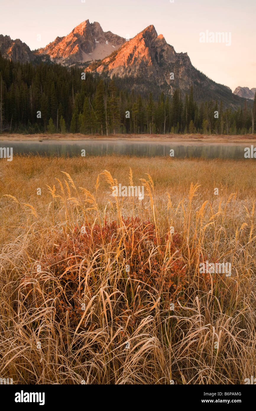 Le Sawtooth Mountains, vicino a Stanley, Idaho, caduta, McGown picco, sunrise Immagini Stock