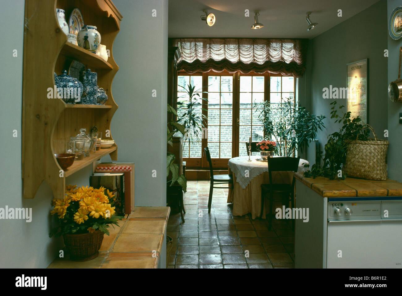 La cina su scaffali di pino sopra con piastrelle di terracotta con