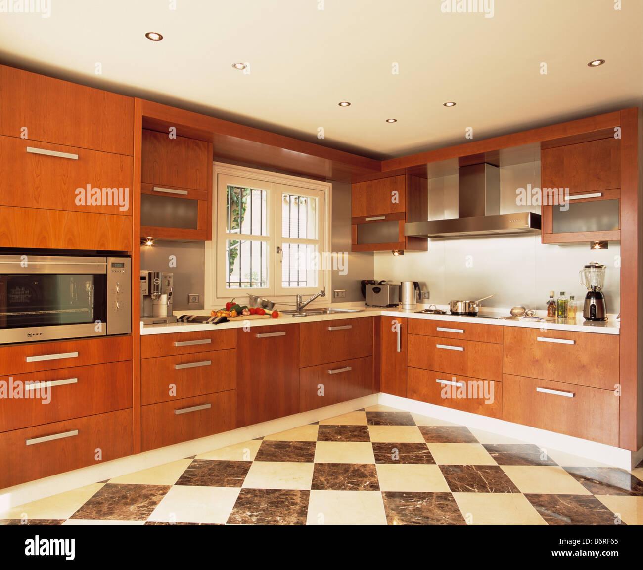 Cucina Bianca E Ciliegio bianco e nero chequerboard pavimentazione in cucina moderna