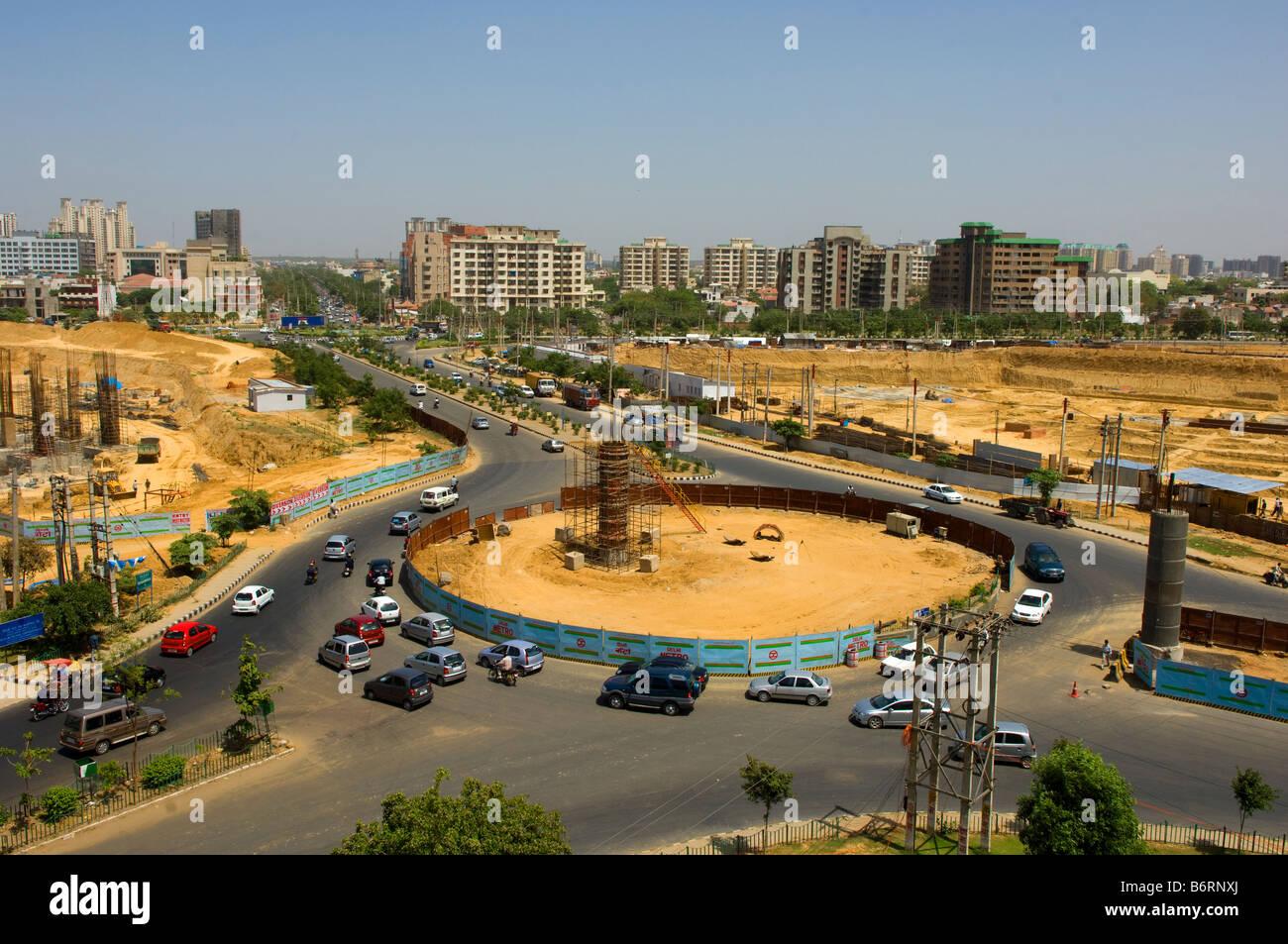 Una trafficata rotonda tra i lavori di costruzione che si estende la metropolitana di Delhi che offre tutto Gurgaon Immagini Stock